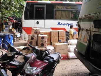 Busse transportieren Fahrgäste, aber auch Frachtgut
