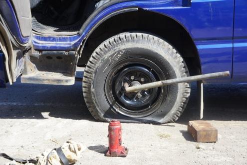 der Ausflug beginnt mit einer Reifenpanne