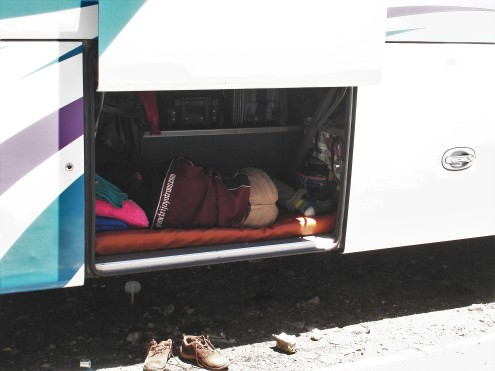 Wächter für das Gepäck im Bus