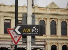 Radwegzeichen vor Gebäude mit Kalkstein