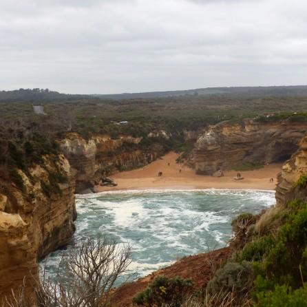 Strand zwischen Steihängen