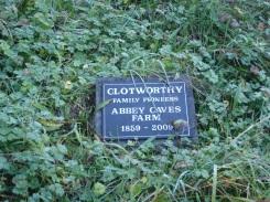 ein Grabstein auf der Wiese