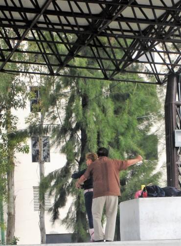 ein Paar nutzt eine Bühne für ein Tänzchen