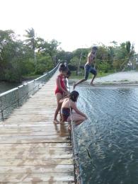 Mutige springen von der Hängebrücke