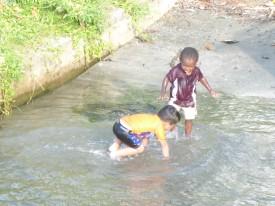andere bleiben im flachen Wasser