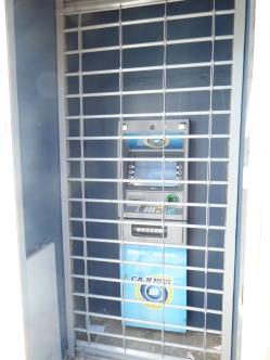 ungewohnt, den Geldautomaten durch Gitterstäbe zu benutzen