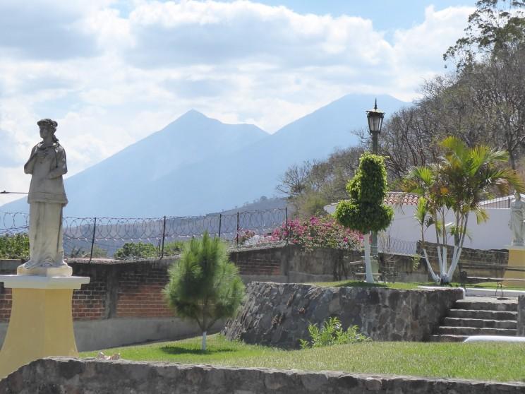 links der Fuego, rechts der Acatenango
