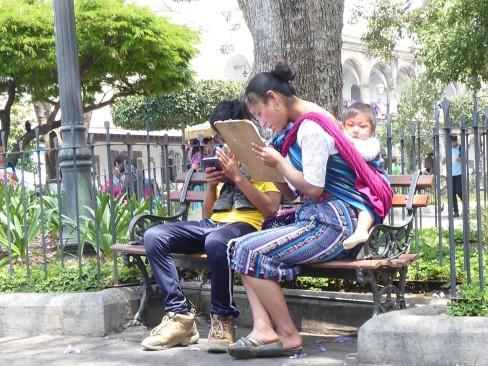 Sie interessiert sich für seine Hausaufgaben, er für ihr Handy